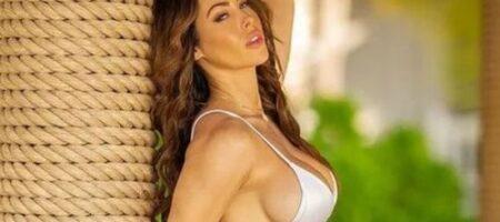 Фитнес-модель, знаменитая своей идеальной грудью, снялась топлес