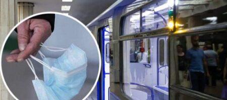 В харьковском метро произошел дикий скандал: пенсионер напал на парня из-за маски (ВИДЕО)