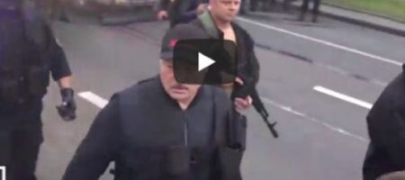 В Минске силовики встретили овациями Лукашенко с автоматом (ВИДЕО)