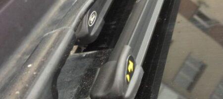 Вот почему на щетки стеклоочистителей нанесены желтые наклейки