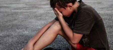 «Плюют, бросают бутылки!» В Днепре 6 лет избивают и унижают особенного ребенка