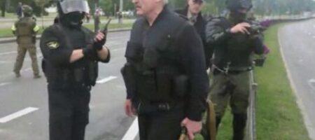 Лукашенко с семьей покинул Беларусь - СМИ