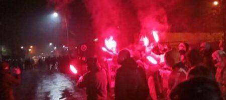 Годовщина Революции Достоинства: АТОшники и националисты пришли под дом Порошенко напомнить о его обещаниях на Майдане (ФОТО, ВИДЕО)