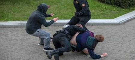 В Минске продолжается беспредел силовиков Лукашенка: ОМОН дубинками избил заступившуюся за парня девушку (ВИДЕО)