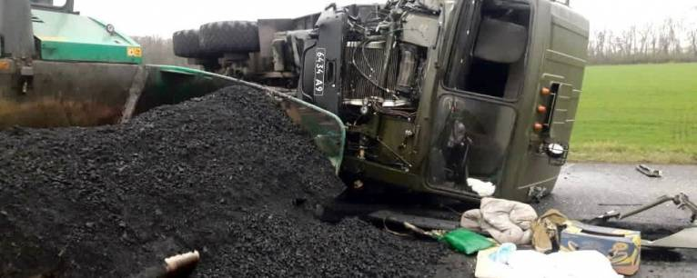 Под Кропивницким военный грузовик врезался в дорожный каток (ВИДЕО)