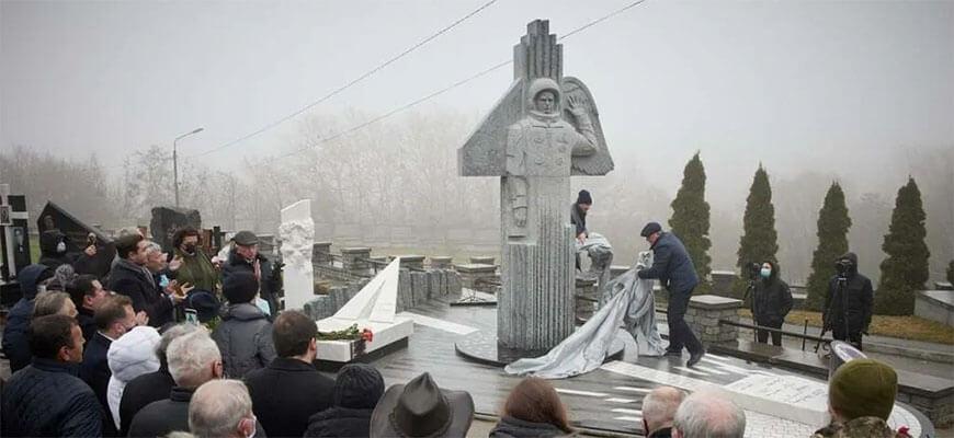 В Сети разгорелся скандал вокруг памятника Каденюку, который открыл Зеленский