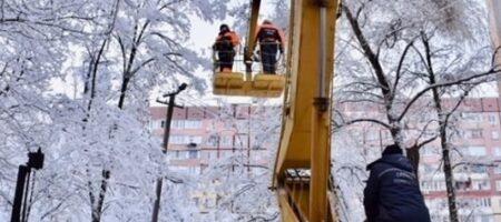 Непогода оставила без электричества полторы сотни городов и сел в Украине