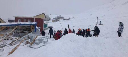 На России лавина сошла на горнолыжную трассу (КАДРЫ)
