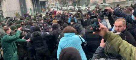 """Под телеканалом """"Наш"""" начались столкновения националистов с полицией"""