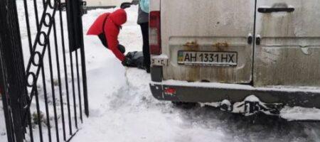 В Киеве микроавтобус, выезжая из сугроба, насмерть сбил пенсионерку (ВИДЕО)