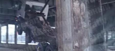 В Киеве самосвал протаранил мост и застрял (ВИДЕО)
