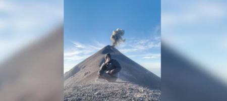 Вулкан Фуэго начал извержение за спиной туриста (ВИДЕО)