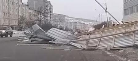 На России погода бушует! В Магадане ветер сносит крыши и сдувает пешеходов (КАДРЫ)