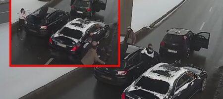 """В Киеве на мосту """"Метро"""" водители и пассажиры устроили массовую драку прямо под камерами (ВИДЕО)"""