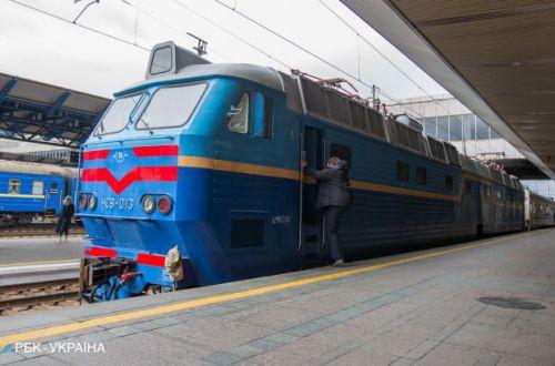 Пассажиров сделали уборщиками: в Укрзализныце разгорелся очередной скандал