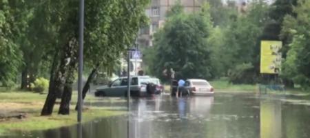 Ливень превратил улицы Полтавы в полноводные реки (ВИДЕО)