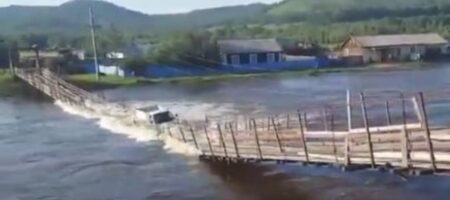 Река поглотила машину под крики очевидцев (ВИДЕО)