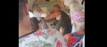 В одесском трамвае мужчины устроили драку за место для инвалидов