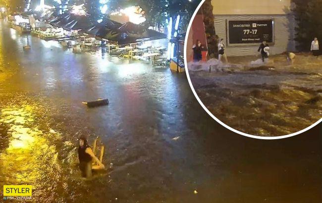 В Одессе потоки воды носили по улицам тело мужчины (ВИДЕО)