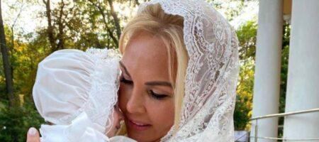 Камалия неожиданно для всех стала мамой: показала малышку, надев на голову платок