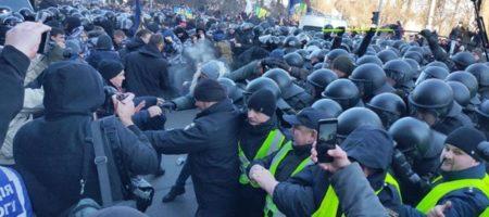 В полицию полетели камни и палки - под стенами Рады активисты ставят палатки