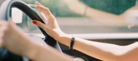 Новая звезда Сети: девушка, танцующая за рулем авто. ВИДЕО