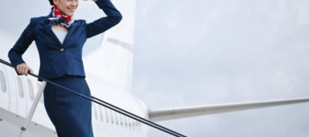 Зачем стюардессы всего мира прячут руки от пассажиров? ВИДЕО
