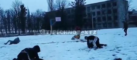 Стенка на стенку: ВИДЕО массовой драки школьников в Харькове