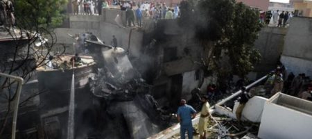 Крушение самолета в Пакистане унесло более сотни жизней
