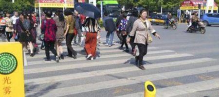 Наказание на грани: начальство заставило работников китайской фирмы есть червей. ВИДЕО