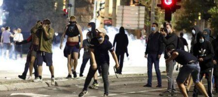 Камни, файеры и штурм парламента. COVID-19 вывел людей на улицы, полиция применила слезоточивый газ (ФОТО, ВИДЕО)