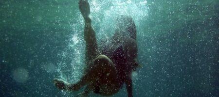 Настоящие герои: молодые ребята спасли тонущую женщину, которая уже ушла на дно (ФОТО)