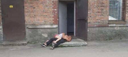 На Львовщине пьяная пара отличилась срамотой прямо на ступеньках