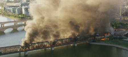 «Как в аду»: поезд сошел с рельсов и загорелся, обрушив мост (ФОТО, ВИДЕО)
