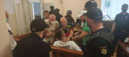 Одесский блогер Стас Домбровский в знак протеста перерезал себе горло лезвием прямо в зале суда (ВИДЕО)