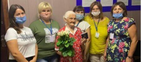 Пора и мир посмотреть: украинка получила загранпаспорт в 102 года