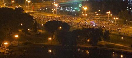В Минске протестующие возводя барикады против ОМОНа (КАДРЫ)