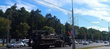 В центр Минска стянули военную технику
