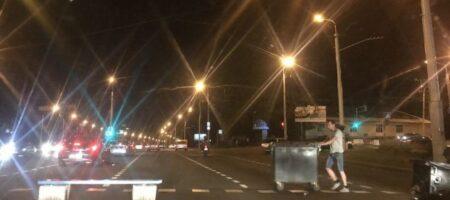 В Минске на Каменной Горке возводят баррикады, начались столкновения (КАДРЫ)