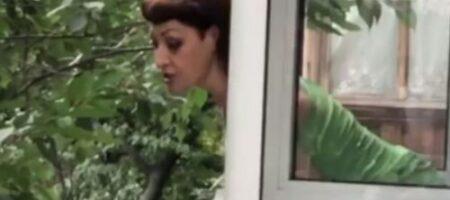 В Киеве женщина льет на прохожих из окна мочой и фекалиями, соседи молят о помощи