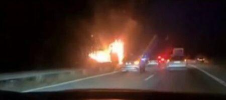 Вспыхнул на ходу: туристам пришлось выпрыгивать из горящего автобуса