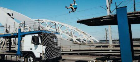 Рекорд: украинский паркурист совершил прыжок между движущимися грузовиками