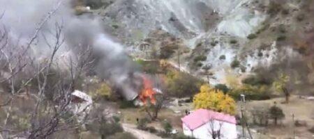 Не доставайся же ты никому: в Карабахе массово сжигают жилые дома