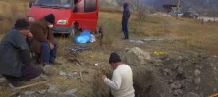 Армяне едут из Карабаха, но сначала выкапывают мертвых из могил (ВИДЕО)
