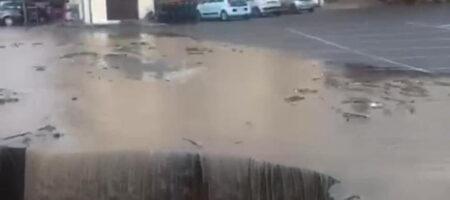 Водный апокалипсис в Италии: целые города смывает большая вода, унося мосты и целые улицы (КАДРЫ)
