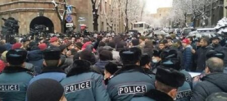 Массовые столкновения в Ереване: полиция схлестнулась с протестующими (ВИДЕО)