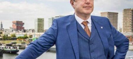Мэр города дал новогоднее интервью без штанов (ВИДЕО конфуза)