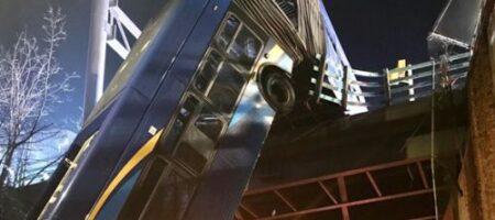 Вылетел с моста и повис на эстакаде: автобус чудом не угробил пассажиров