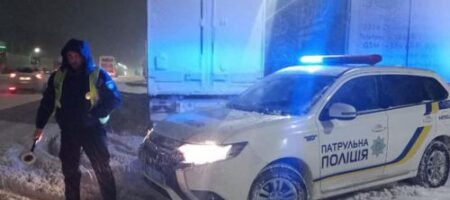 Под Львовом нетрезвый водитель лопатой разгромил авто патрульных (ВИДЕО)