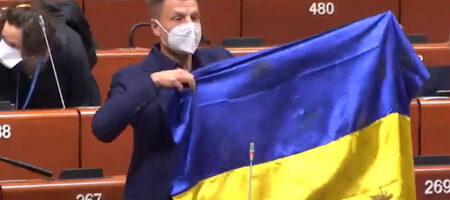 Гончаренко показал в ПАСЕ простреленный флаг Украины и устроил словесную перепалку. Глава Ассамблеи попросил его выйти из зала